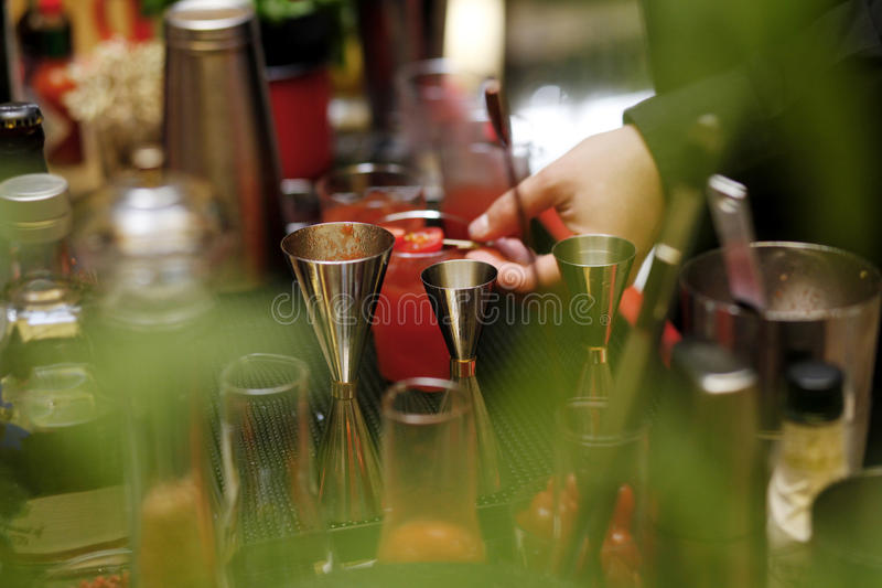 Руки коктеиля бармена стоковое фото