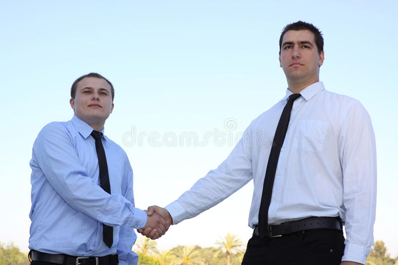 руки коммерческой сделки над трястить людей стоковые фотографии rf