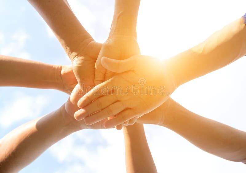 Руки конца команды людей вверх стоковое изображение