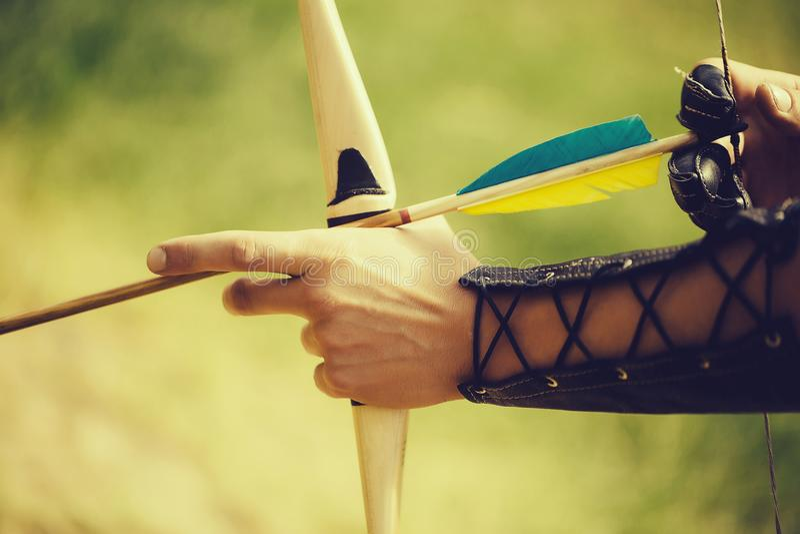 Руки лучника с смычком стоковые фотографии rf