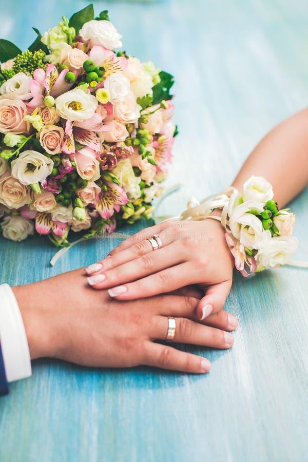 Руки любовников стоковые изображения rf