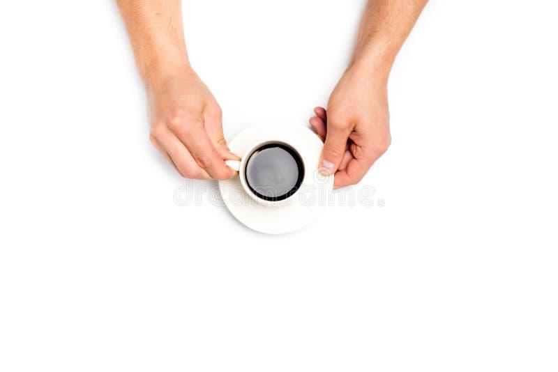 Руки людей держа белую чашку кофе на белой предпосылке, месте для текста стоковое изображение