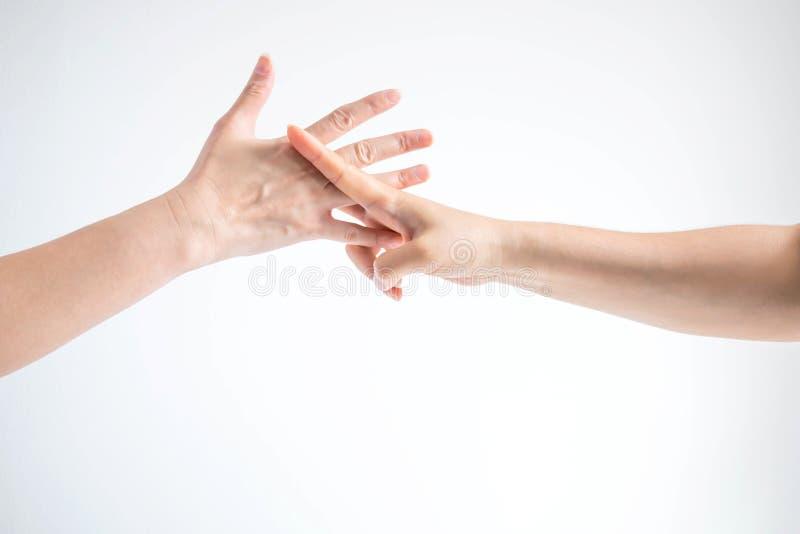 Руки 2 людей играя ножницы утеса бумажные; руки показывая форму символа ножниц и бумажного символа; концепция дела стоковая фотография rf