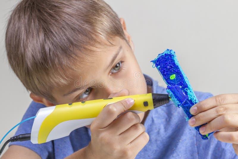 Руки мальчика создаваясь с самолетом ручки 3d голубым стоковое фото rf
