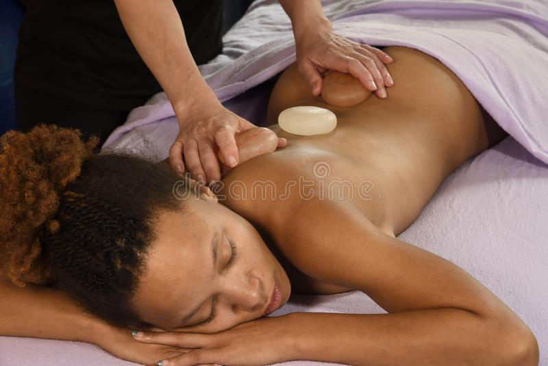 Руки массажа гималайского соли каменные дальше стоковое изображение rf