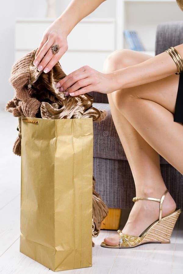 руки мешка femal вне пакуя покупку стоковые изображения rf
