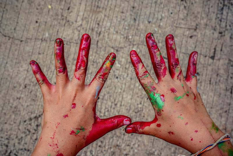 Руки младенца смазанные с краской стоковое фото