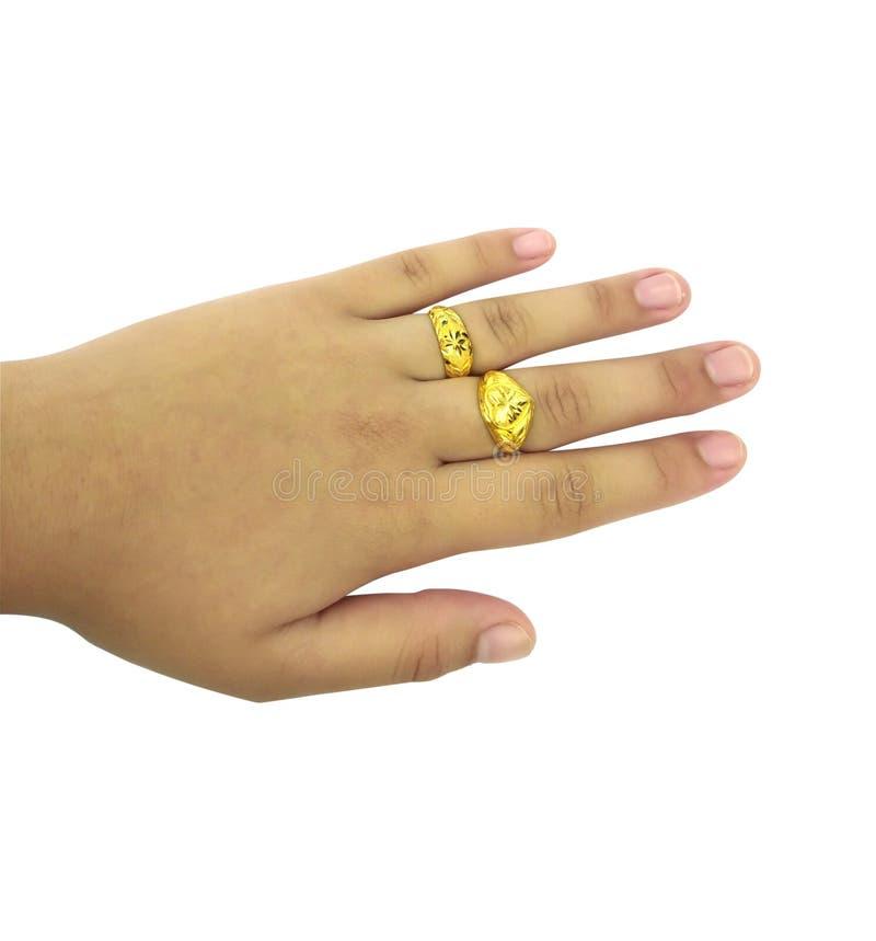 Руки молодой женщины с 2 кольцами золота стоковая фотография