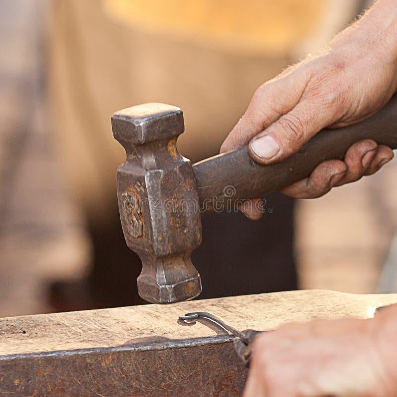 руки молотка blacksmith наковальни стоковые фотографии rf