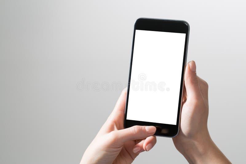 Руки модель-макета знонят по телефону насмешливой поднимающей вверх белизне пробела дисплея удерживания экрана стоковое фото rf