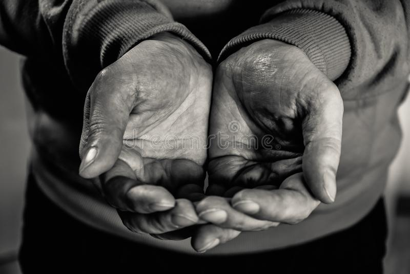 Руки мужчин крупного плана пакостные бедного человека стоковая фотография rf