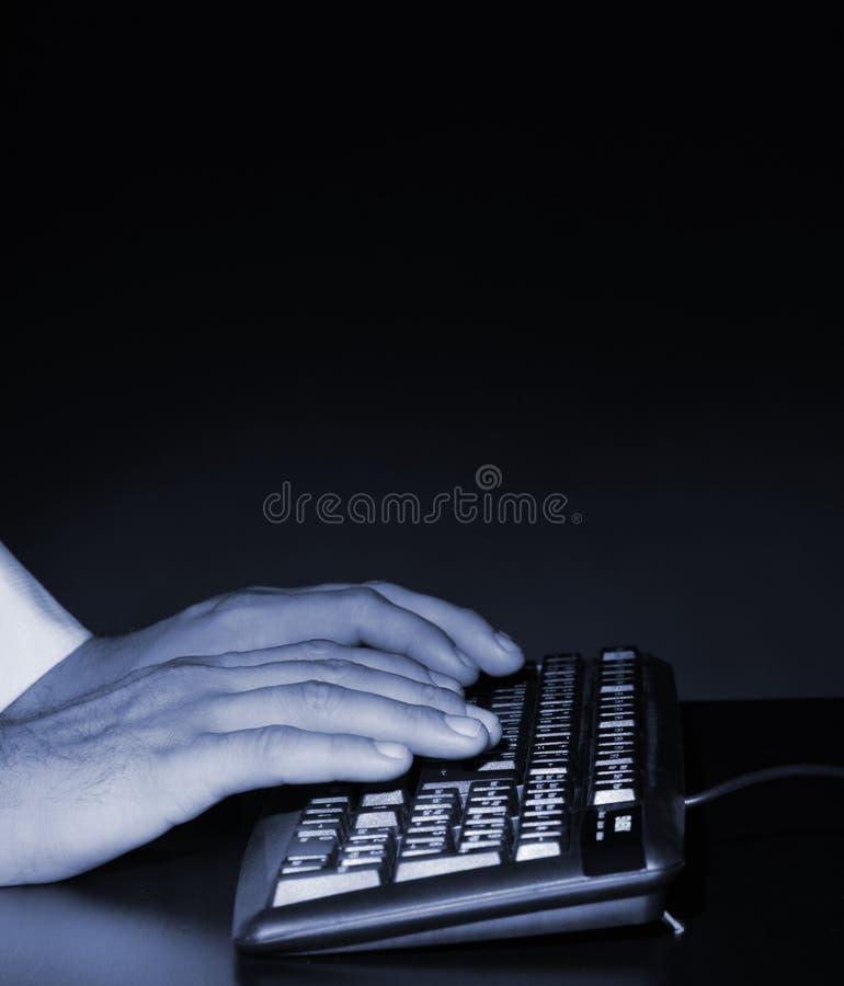 Руки над клавиатурой стоковое изображение