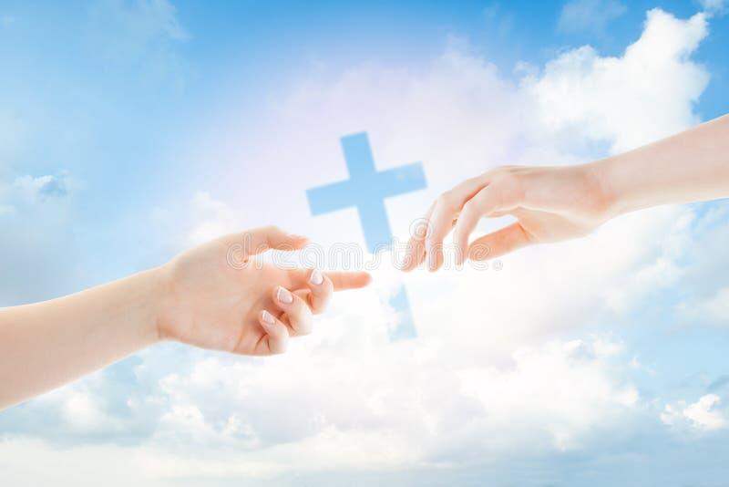 Руки на белизне Помогающ, дающ и принимающ руке стоковое изображение