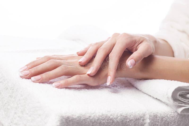 Руки на полотенце - маникюре на КУРОРТЕ стоковые фотографии rf