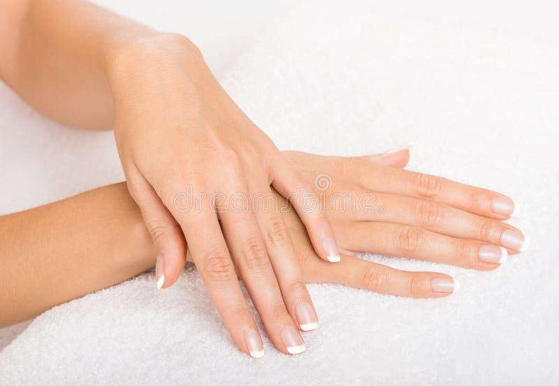Руки на полотенце - маникюре стоковое фото rf