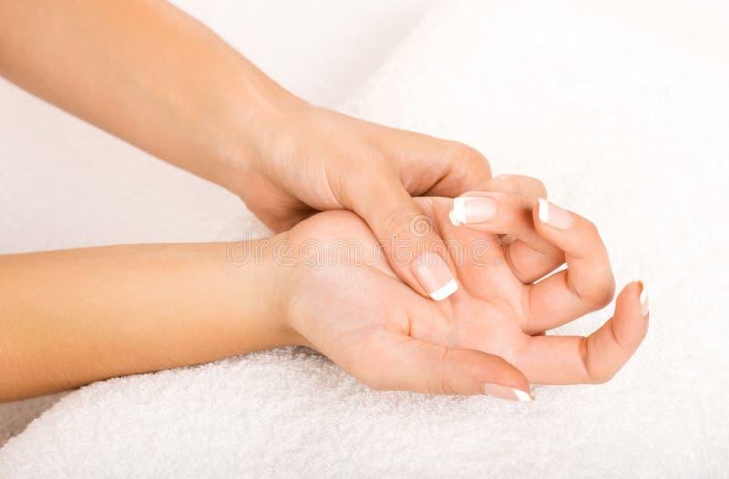 Руки на полотенце - маникюре стоковые изображения