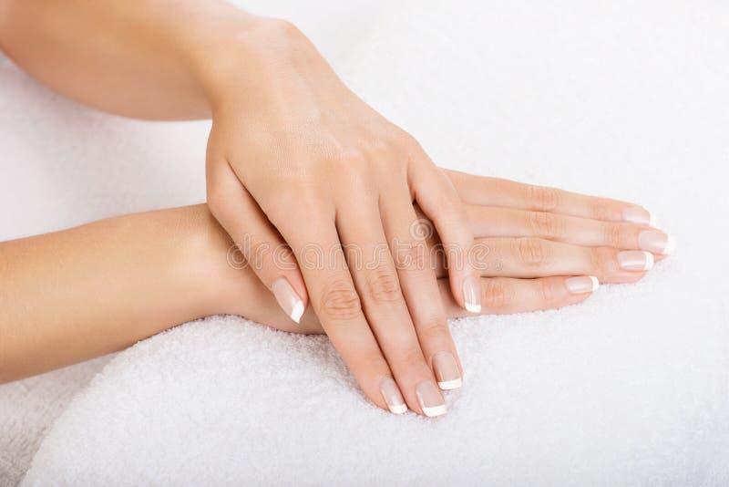 Руки на полотенце - маникюре стоковое изображение
