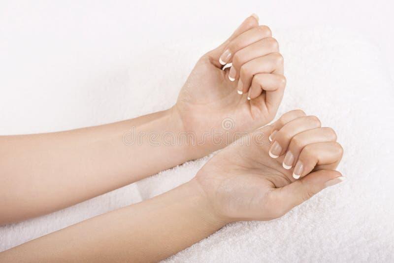 Руки на полотенце - маникюре стоковая фотография