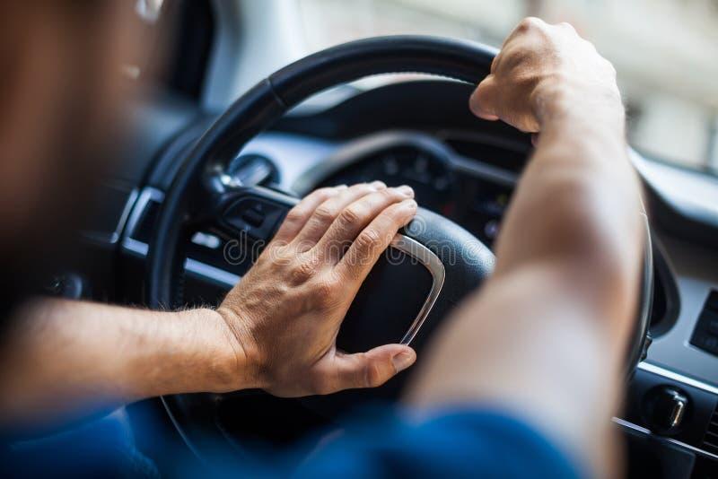 Руки на рулевом колесе, сигналя стоковые изображения