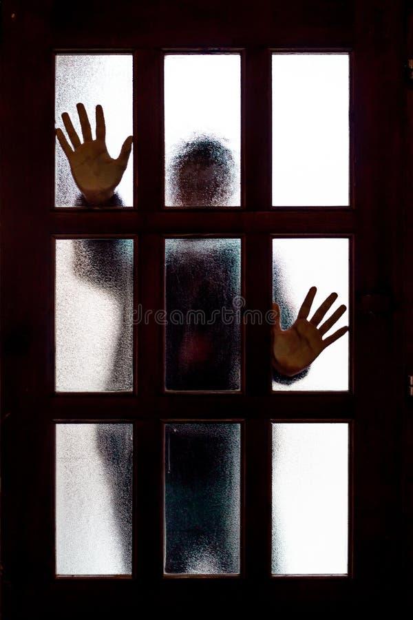 Руки на стеклянных дверях стоковое фото rf