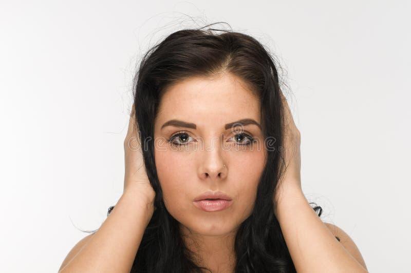 Руки на черных волосах стоковые фотографии rf