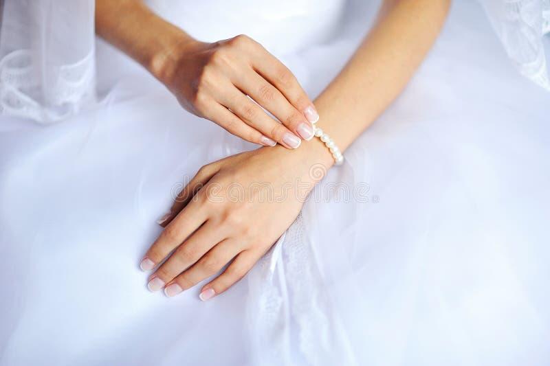 Руки невесты с маникюром стоковые изображения rf