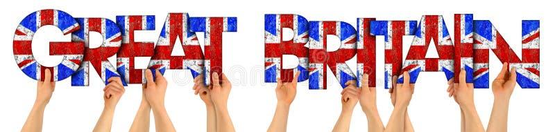 Руки оружий людей задерживая деревянную литерность письма формируя слова Великобританию в национальном флаге Великобритании Юнион стоковые фотографии rf