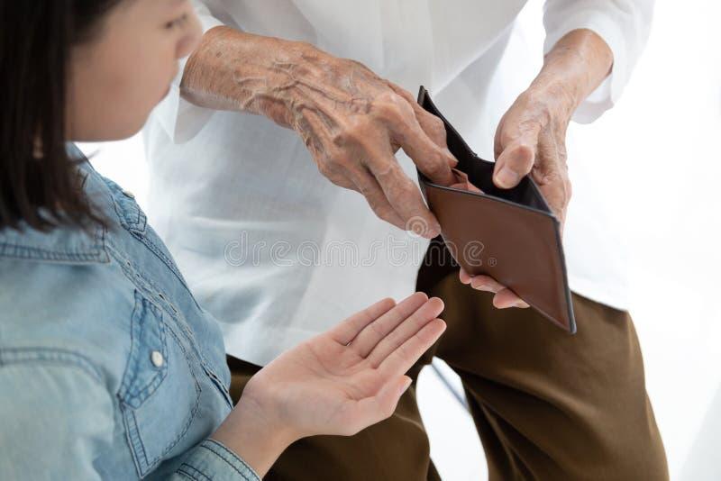 Руки открытые бумажник, бабушка или попечитель женщины крупного плана пожилые давая деньги кармана внучке, азиатский требовать ма стоковое фото rf