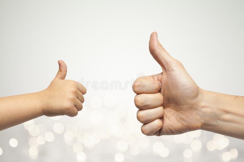 Руки отца и сына давая как стоковая фотография