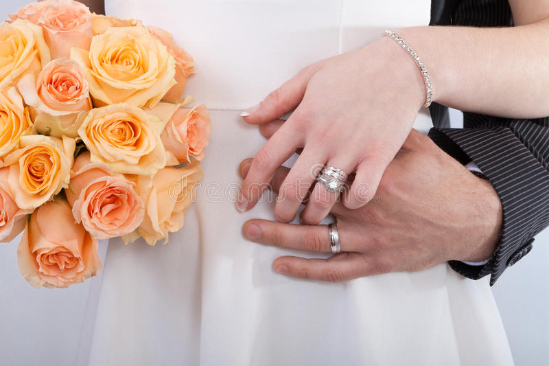 Руки пары новобрачных стоковое фото rf