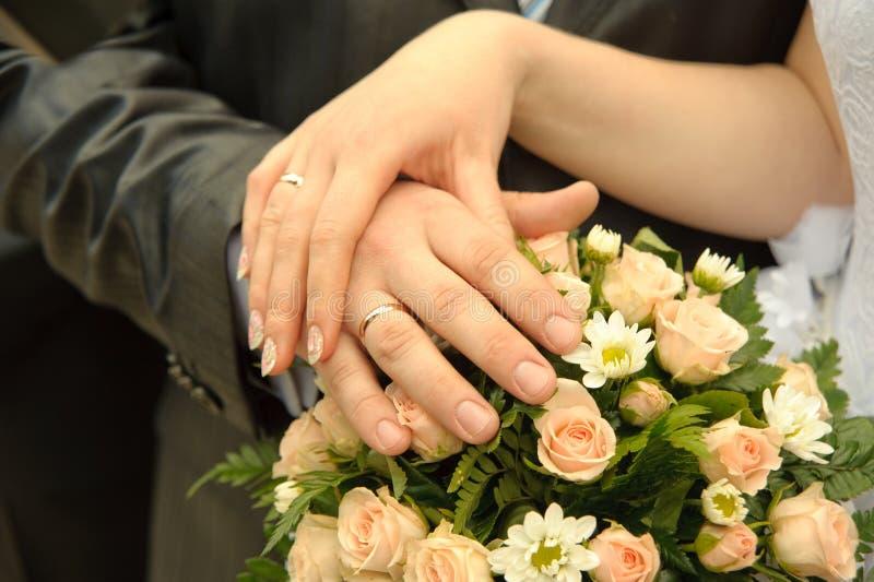 руки пар пожененные заново стоковая фотография