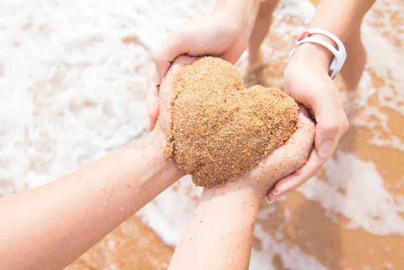 Download Руки пар формируя форму сердца Стоковое Изображение - изображение насчитывающей совместно, естественно: 40580509