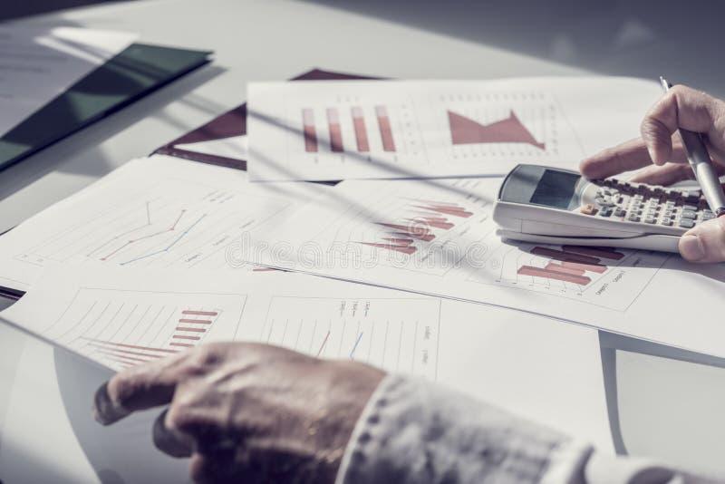 Руки персоны проверяя факты с калькулятором стоковая фотография rf