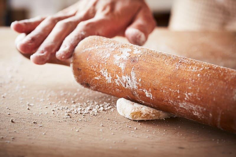 Руки печь тесто с вращающей осью стоковая фотография
