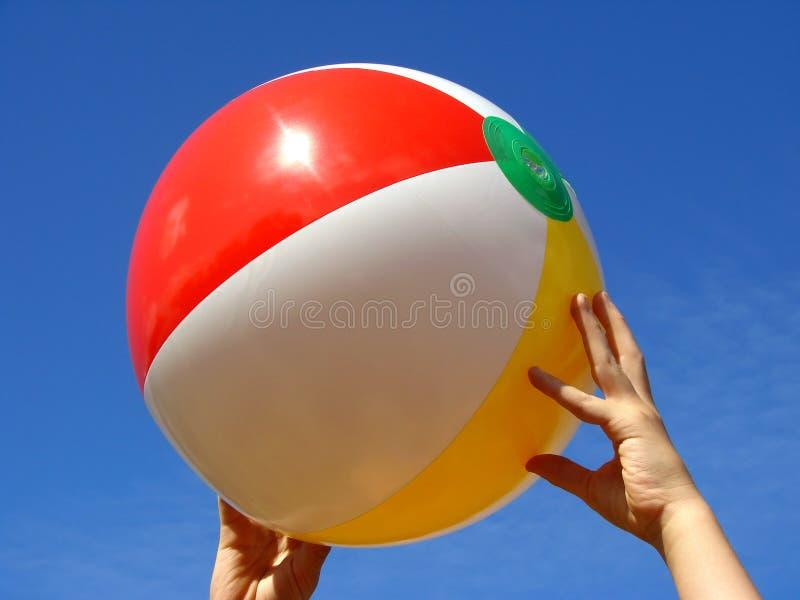 руки пляжа шарика стоковые фотографии rf