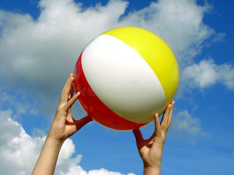 руки пляжа шарика стоковая фотография rf