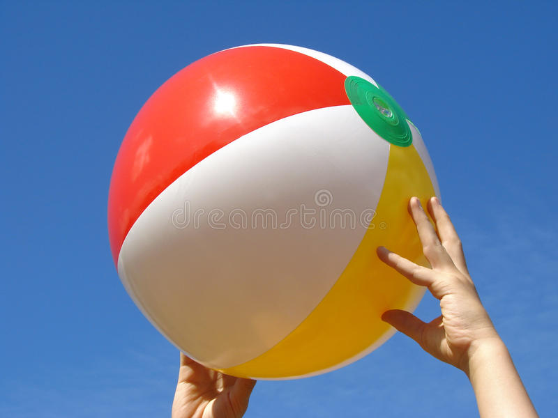 руки пляжа шарика стоковая фотография