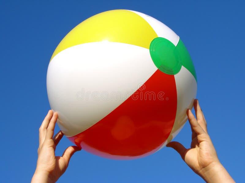 руки пляжа шарика стоковое изображение rf