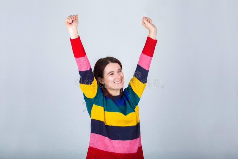 Руки повышения девушки стоковое изображение rf