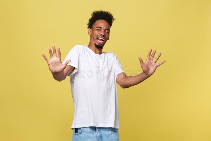 Руки повышения молодого человека портрета злющие сердитые надоеданные раздражанные до говорят нет апельсин права стопа там изолир стоковые фотографии rf
