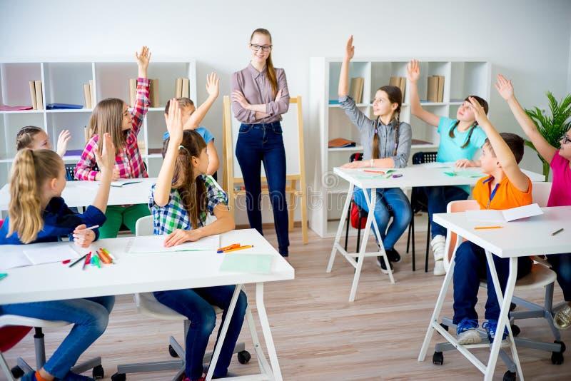 Руки повышения студентов стоковые фото