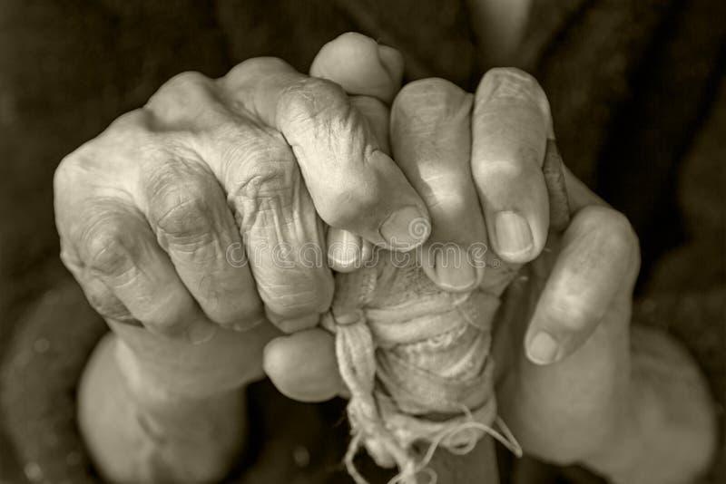 Руки пожилой женщины на тросточке стоковые фотографии rf