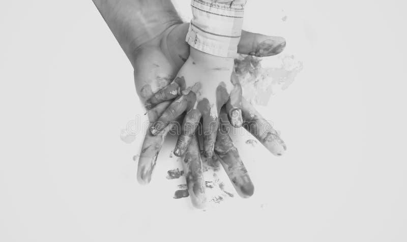 Руки покрашенные в красочных красках на белой предпосылке стоковая фотография