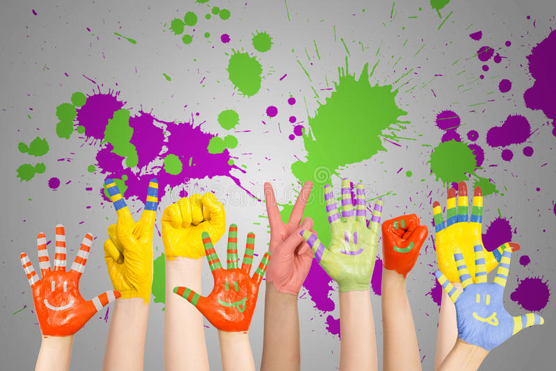 Руки покрашенных детей стоковая фотография