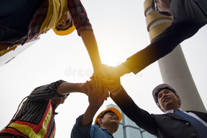 Руки положили совместно для того чтобы показать единство и сотрудничество стоковые фотографии rf