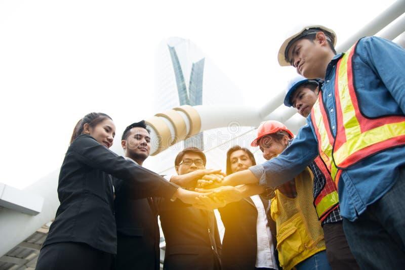 Руки положили совместно для того чтобы показать единство и сотрудничество стоковое изображение rf
