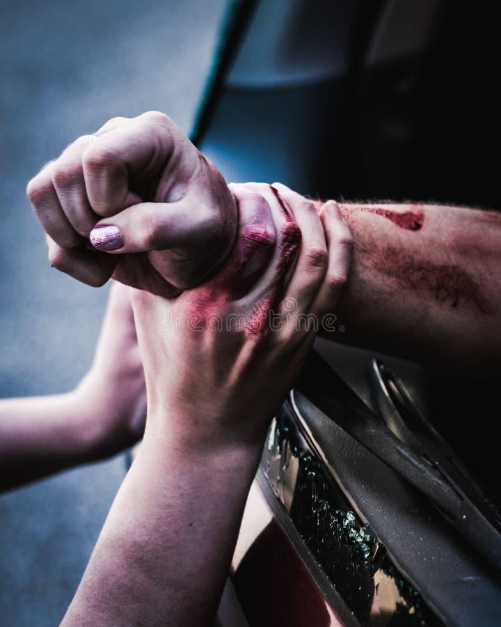 Руки помощи вытягивая раненую персону от корабля стоковые изображения rf