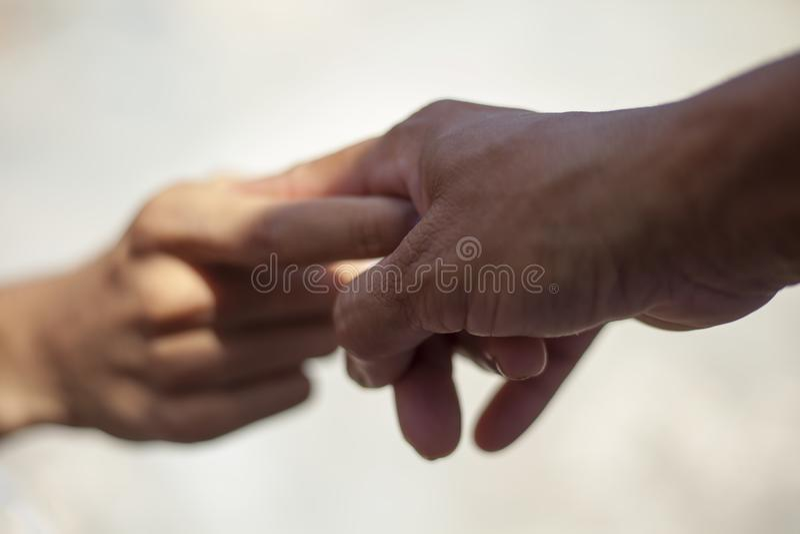 Руки помощи изолированные на белизне стоковое изображение