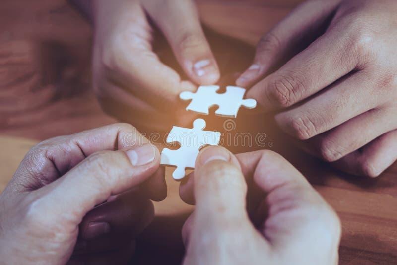 2 руки присоединяясь к 2 зигзагам стоковое фото