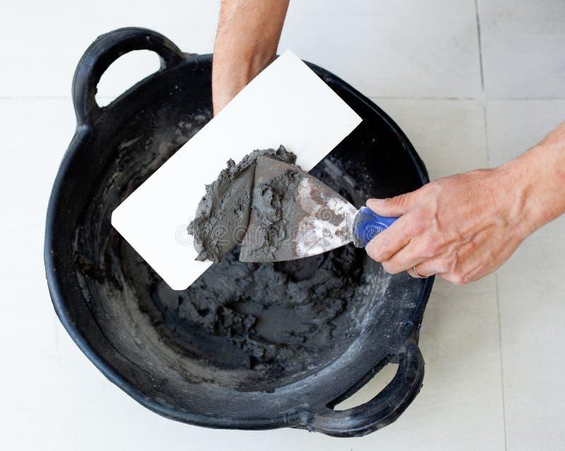 Руки работника каменщика Contruction с цементным раствором стоковые фотографии rf